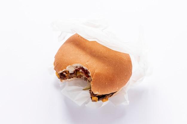 Décoration vue de dessus avec hamburger sur fond blanc