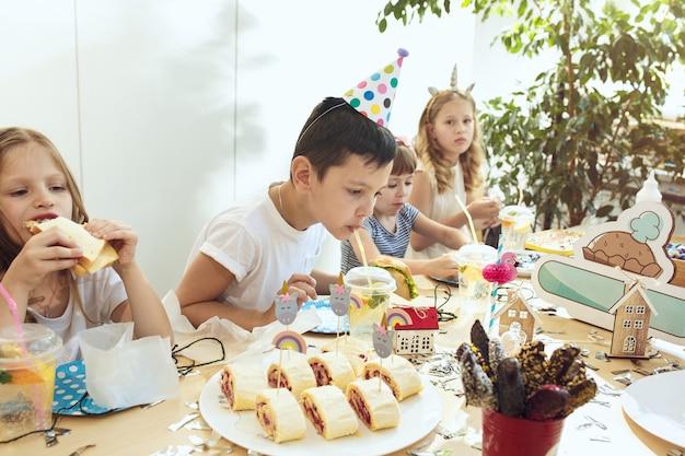 Décorations d'anniversaire fille. réglage de la table avec des gâteaux, des boissons et des gadgets de fête.