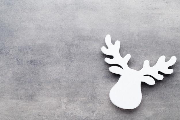 Décorations d'arbre blanc sur fond gris