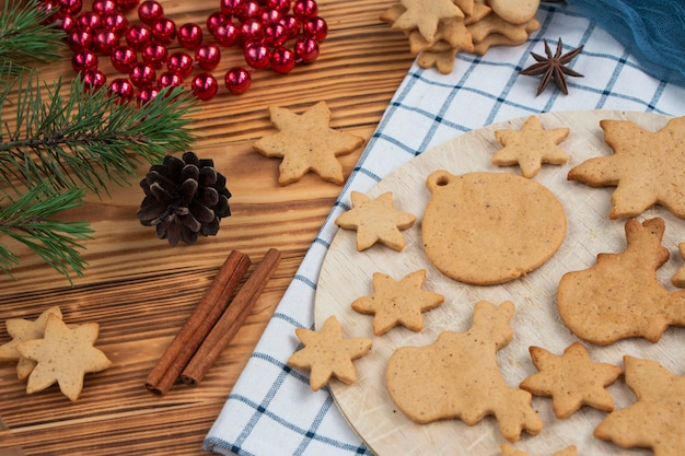Décorations d'arbre de noël sur table biscuits de noël traditionnels classiques aux épices cannelle