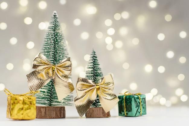 Décorations d'arbres de noël décorés et cadeaux pour la nouvelle année