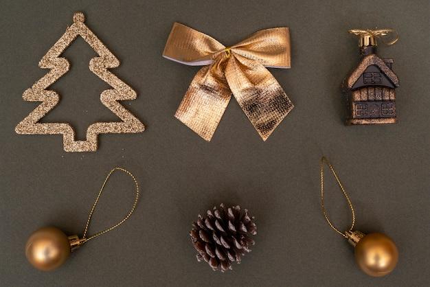 Décorations d'arbres de noël dorés. balle, bosse, sapin, arc.