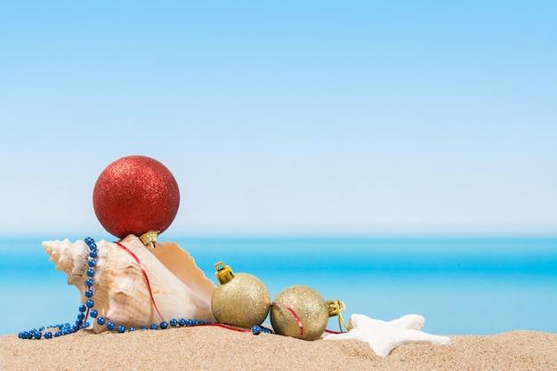 Décorations d'arbres de noël sur la plage