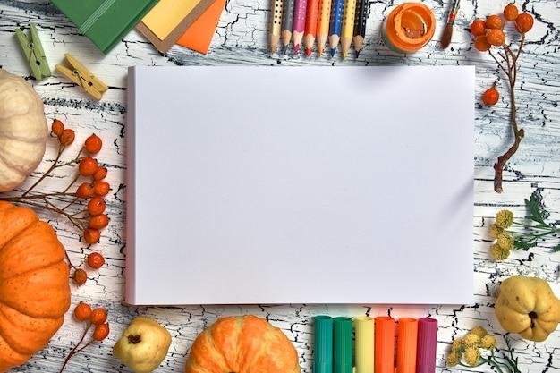 Décorations d'automne, crayons, étiquettes en papier, peintures et pinceaux, texte