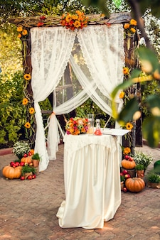Décorations d'automne pour la cérémonie de mariage.