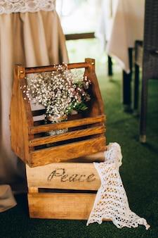 Décorations en bois et fleurs sauvages dans un style rustique pour une cérémonie de mariage