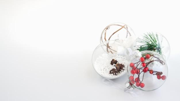Décorations de boules de noël sur fond blanc.