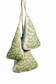 Décorations brodées à la main de noël peluches sous la forme d'un arbre de noël isolé