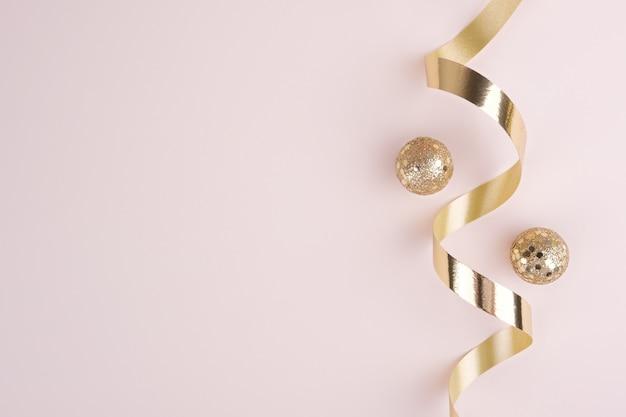 Décorations de cadre de bannière de noël ou du nouvel an dans des couleurs or sur fond beige