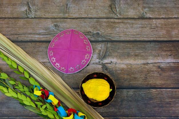 Décorations célébration de la fête juive de souccot avec quatre espèces etrog, loulav, hadas, arava