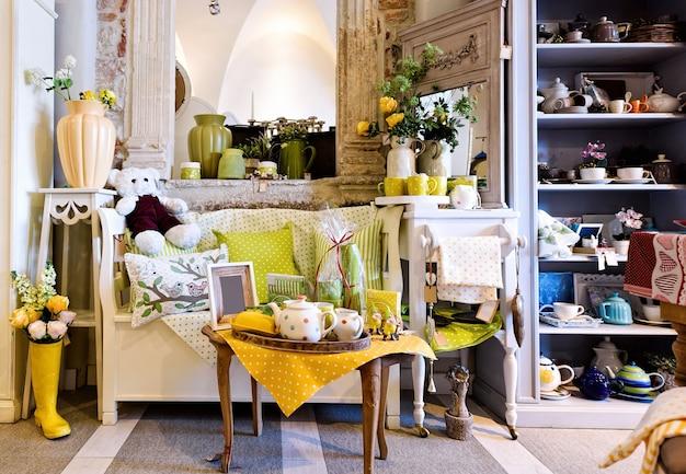 Décorations de cuisine jaune et vert, décor à la maison avec des jouets et des fleurs