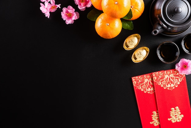 Décorations du festival du nouvel an chinois sur fond noir.