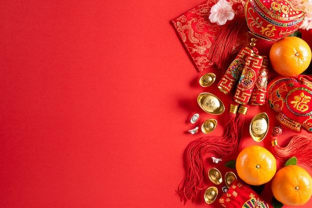 Décorations du nouvel an chinois sur fond rouge.