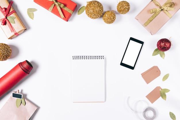 Décorations du nouvel an, ordinateur portable et téléphone intelligent