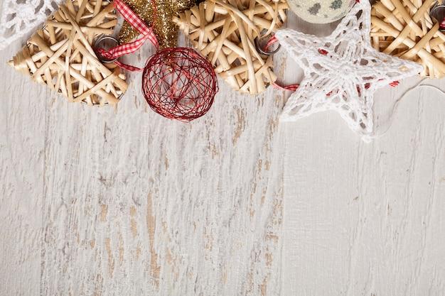 Décorations d'étoile et de coeur de noël sur le fond en bois blanc