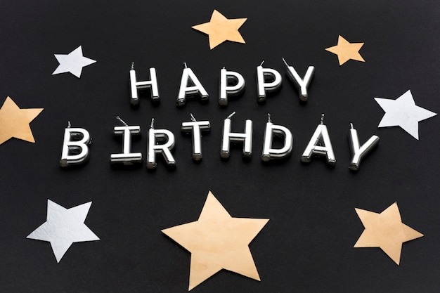 Décorations d'étoiles et message de joyeux anniversaire