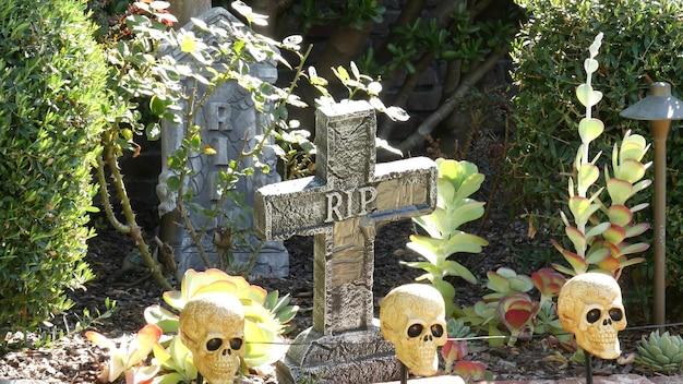 Décorations de festival effrayantes d'une maison, joyeuses fêtes d'halloween. jardin classique avec citrouille, os et squelette. décor de fête traditionnel. culture américaine.