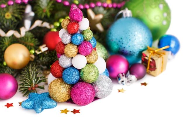 Décorations de fête avec des boules isolées