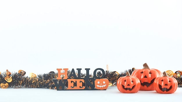Des décorations de fête halloween truc ou friandise sur fond blanc