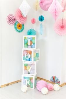 Décorations de fête mignonnes et cubes transparents avec mot d'amour