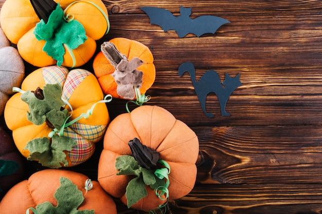 Décorations d'halloween avec des citrouilles en tissu