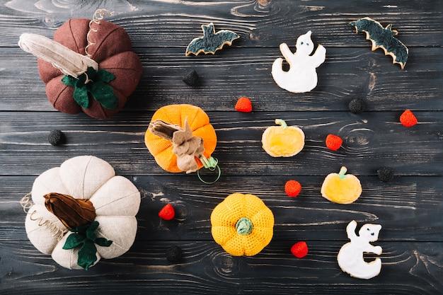 Décorations d'halloween et cookies sur table