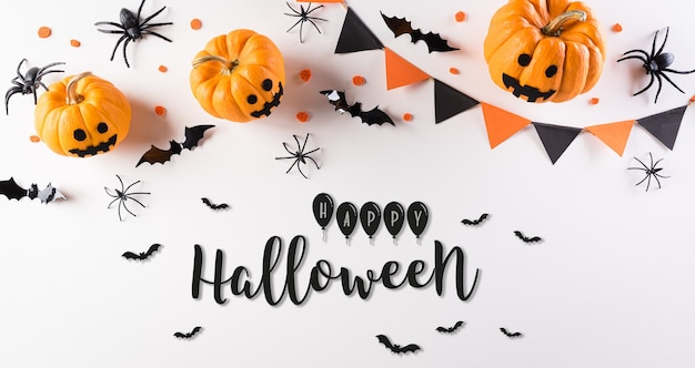 Décorations d'halloween faites de citrouille, de chauves-souris en papier et d'araignées noires