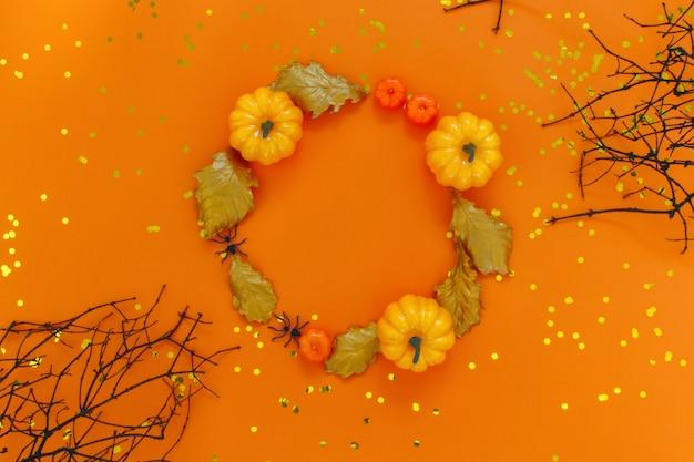 Décorations d'halloween sur orange.