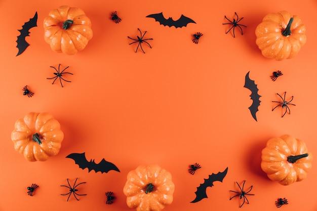 Décorations d'halloween sur l'orange