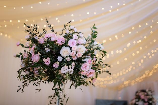 Décorations de mariage élégantes faites de fleurs naturelles et d'éléments verts