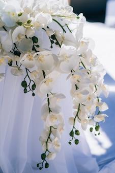 Décorations de mariage à partir de fleurs et d'une arche de mariage pour la cérémonie