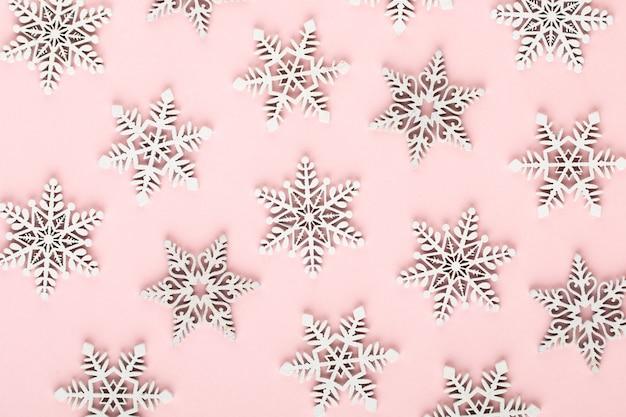 Décorations de neige de noël blanc sur un rose
