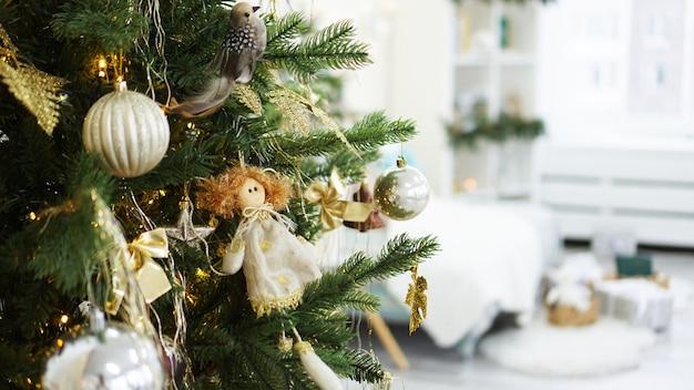 Décorations de noël, arbre de noël, cadeaux, nouvel an en couleur or et blanc