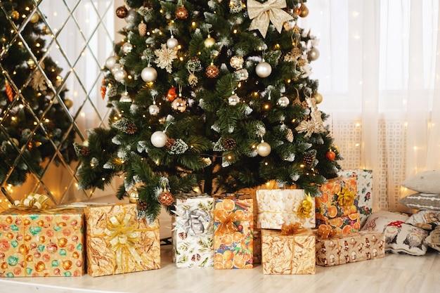 Décorations de noël, arbre de noël, cadeaux