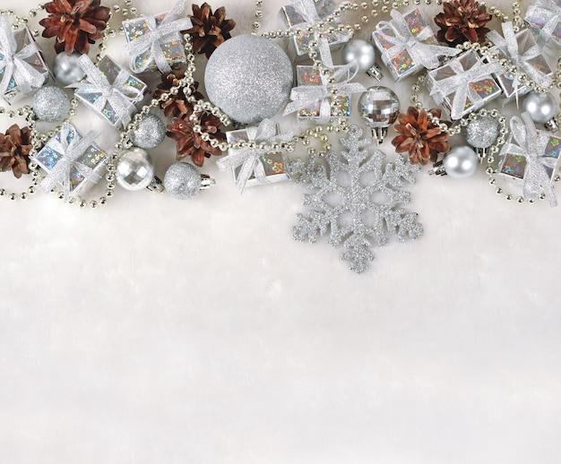 Décorations de noël en argent sur fond blanc