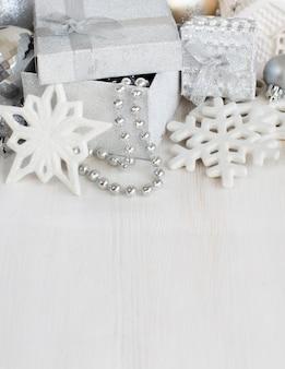 Décorations de noël en argent sur table en bois blanc