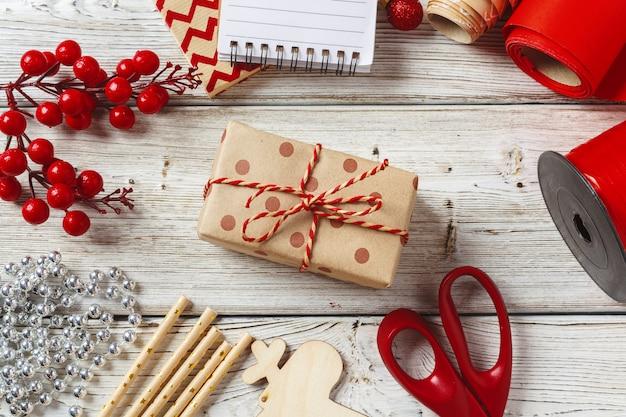 Décorations de noël et articles d'emballage de cadeaux sur bois