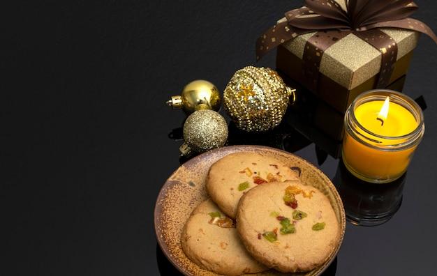 Décorations de noël avec une assiette de biscuits aux zestes d'orange.