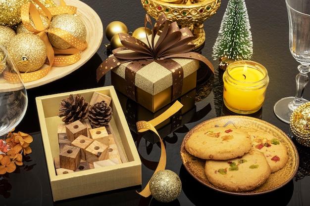 Décorations de noël avec une assiette de biscuits aux zestes d'orange