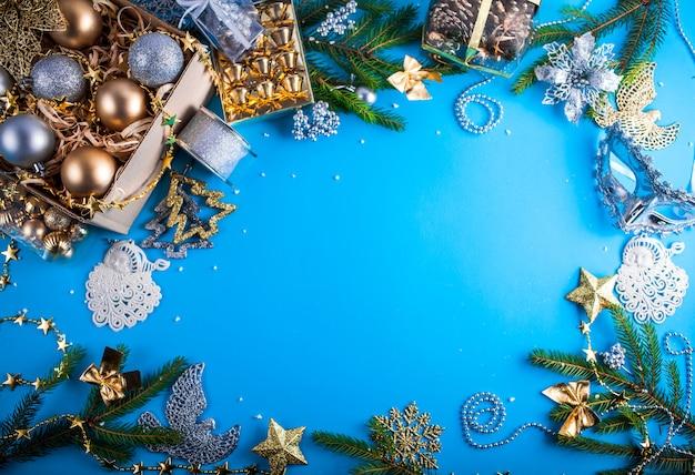 Décorations de noël sur bleu