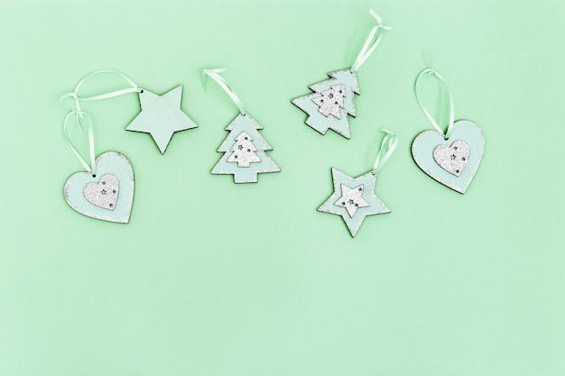 Décorations de noël en bois, jouets du nouvel an sur papier menthe