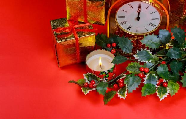 Décorations de noël, bougie allumée, décorations, sur fond rouge