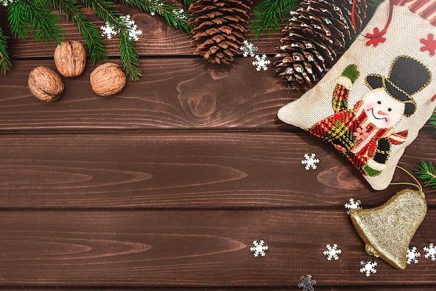 Décorations de noël avec branches de sapin, cônes, orange, cloche et cadeaux