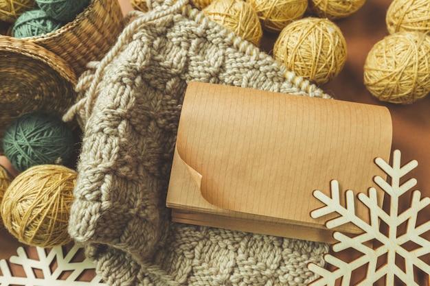 Décorations de noël avec bricolage en papier et écharpe tricotée