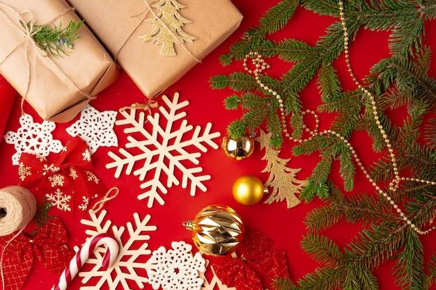 Décorations de noël avec des cadeaux et des branches