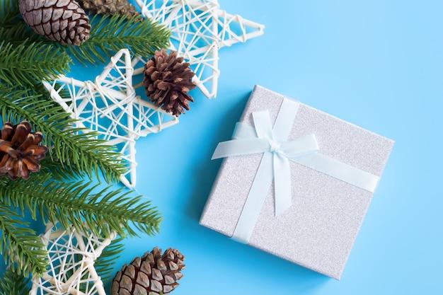 Décorations de noël et coffret cadeau, sur fond bleu. concept de nouvel an.