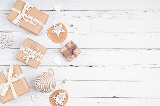 Décorations de noël et coffrets cadeaux emballés dans du papier kraft organique, mise à plat, vue de dessus, espace de copie. vacances d'hiver, carte de voeux de noël