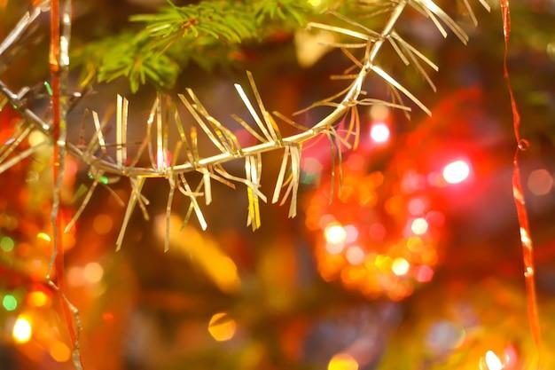 Décorations de noël colorées sur les branches de sapin se bouchent.