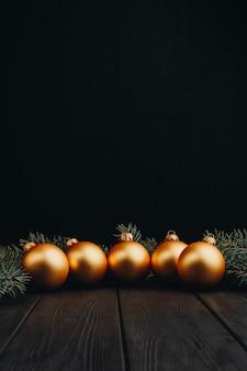 Décorations de noël colorées sur une table en bois noire. boules de noël sur fond en bois.