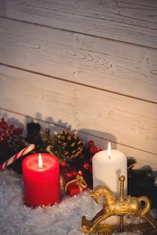 Décorations de noël contre un mur en bois